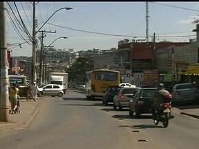 Passageiros reclamam da falta de paradas de ônibus na Avenida Primavera - Na via de dois quilômetros, que liga Taguatinga à Samambaia, não há paradas de ônibus. Passageiros reclamam que ficam expostos ao sol e à chuva. Alguns aguardam próximo aos quebra-molas para fazer sinal e tentar subir nos coletivos.