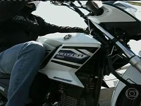 Yamaha lança moto de 150 cilindradas - Piloto de testes e convidado experimentaram a Yamaha Fazer 150, uma moto econômica e com design esportivo.