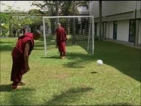 Otaviano Costa bate bola com Doniezete, Kadu Moliterno e Rafael Cardoso - Vestidos de monge, o quarteto revive cena do mosteiro de Joia Rara