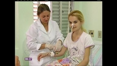 Mulher que sofre de anorexia mostra o rosto e conta como enfrenta a doença - Em tratamento para comer à força, Aline, que chocou o Brasil com seus 24 quilos, explica também como desenvolveu o distúrbio