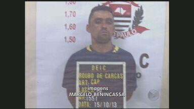 Polícia Civil prende chefe de facção criminosa em Jaguariúna - O chefe de 28 anos permanecia foragido do sistema prisional. ele e outro homem foram presos quando resgatavam um fuzil de uso restrito das Forças Armadas que estava enterrado às margens da Rodovia Adhemar de Barros, em Jaguariúna.