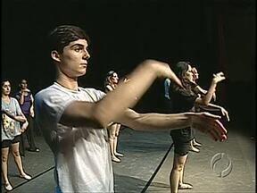 """Espetáculo especial comemora 15 anos do Ballezinho de Londrina - Montagem """"Túnel do Tempo"""" reúne os melhores momentos da história do grupo, que conta com alunos da Escola Municipal de Dança."""