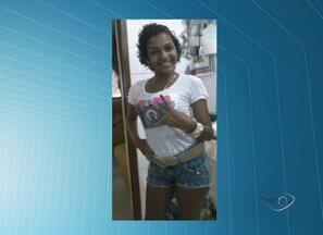 Adolescente de 14 anos é morta a tiros no portão de casa em Vitória - Vítima teria espalhado fofocas sobre a suspeita, que já foi identificada. A menina chegou a ser socorrida, mas não resistiu e morreu no hospital.