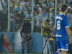 Briga entre torcedores e polícia interrompe partida na Série B do Brasileirão - Após o segundo gol do Avaí, torcedores do Paysandu começaram uma confusão atrás do banco do adversário. A policia usou sprays de pimenta e uma bomba foi atirada no campo. Aos 35 do segundo tempo, a partida foi encerrada por falta de segurança.