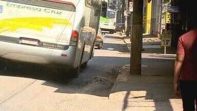 Buracos em avenida de Ribeirão irrita motoristas - Técnicos da Secretaria de Infraestrutura irão avaliar a situação nesta segunda (21).