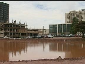 Área de parque se transforma em reservatório de água sem tratamento em Águas Claras - Em Águas Claras, uma área destinada a um parque virou um reservatório de água sem tratamento. E tem causado transtorno aos moradores.