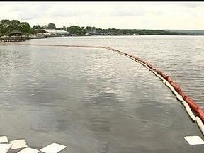 Corpo de Bombeiros contém mancha de óleo na superfície do Lago Paranoá - Apesar da retenção, os mergulhadores constataram que a contaminação chegou ao fundo do lago. Ainda não há previsão de quando todo o óleo será removido.