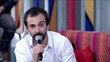 Julio Andrade saiu de casa para morar com a família da namorada - Ator diz que sempre teve uma vida cigana