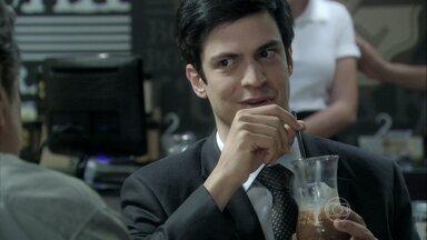 Félix oferece um emprego a Atílio - Ele manipula o antigo amigo da família para que ele queira dar o troco em César