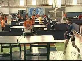 O esporte está ocupando quadras de Ponta Grossa e Castro - Só nas duas cidades dez mil atletas estão competindo.