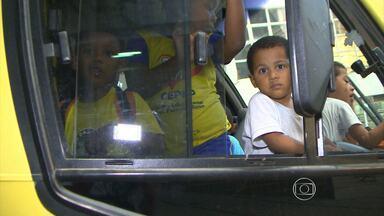 Crianças enfrentam micro-ônibus lotados no Aglomerado da Serra, em BH - Problema é frenquente para toda a comunidade. Veja na reportagem dos 'Parceiros do MGTV'.