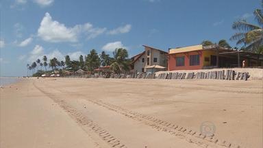 Estrada de acesso ao Pontal de Maracaípe segue abandonada - Via foi destruída pelo mar há mais de dois anos.