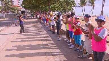 Turma da terceira idade dá aula de disposição na prática de exercícios físicos - Idosos praticam exercícios físicos na orla de Olinda