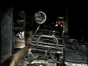 Ambulância do Corpo de Bombeiros é incendiada em Araquari - Ambulância do Corpo de Bombeiros é incendiada em Araquari