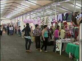 Mulheres trocam experiências durante encontro de empreendedorismo - O centro de eventos de Cascavel se transformou em uma grande feira de artesanato e produtos coloniais.