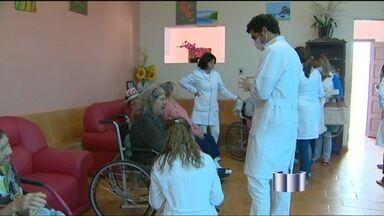 Alunos de odontologia oferecem tratamento dentário de graça em Bragança Paulista (SP) - As consultas acontecem nos bairros, em asilos e numa praça da cidade e além de ajudar os moradores, auxilia os estudantes no aprendizado.