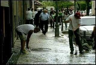 Chuva forte provoca alagamento e quedas de barreira em Petrópolis, RJ - Durante a madrugada desta terça-feira (22) choveu com muita intensidadeRuas ficaram sem passagem para veículos no município.