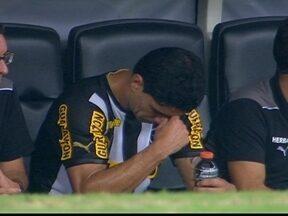 Renato é substituído e mostra desânimo no banco de reservas - Renato é substituído e mostra desânimo no banco de reservas.