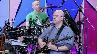 Grupo Paralamas do Sucesso canta 'Vital e sua moto' - Músicos animam o programa com sucesso dos anos 80