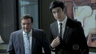 Félix fala para Eron que Atílio investigará as contas do hospital - O advogado avisa a César sobre as intenções de seu filho