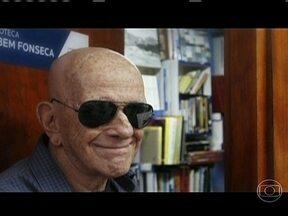 Rubem Fonseca comemora 50 anos de sucesso - Apaixonado pelo cinema e a literatura noir americana deram ao escritor Rubem Fonseca a base para o seu estilo curto e fino, onde narra com economia e precisão grandes emoções e pensamentos imperfeitos.
