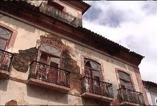 Situação de abandono de casarões no centro histórico preocupa a Defesa Civil - O risco de desabamentos e incêndios é iminente, como o ocorrido sexta-feira (25), em um imóvel na Rua Rio Branco.