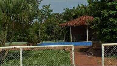 Homem morre afogado em piscina durante festa em Campo Grande - Chácara na Vila Nasser foi interditada após o caso. Testemunhas dizem que vítima pulou na piscina e se afogou sozinho.