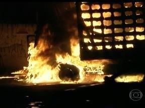 Suspeitos de vandalismo são detidos após bloqueio na Rodovia Fernão Dias - O protesto foi motivado pela morte de adolescente durante abordagem policial no domingo (27). No total, seis ônibus e três caminhões foram incendiados e 90 pessoas foram detidas.