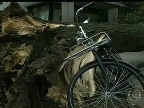 Tempestade que atinge o Norte da Europa mata 13 pessoas - Ventos com mais de 160 km/h deixaram um rastro de destruição em pelo menos seis países. Ainda não se tem ideia dos prejuízos causados pela tempestade, uma das piores dos últimos anos.