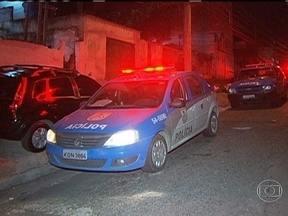 Mulher é assassinada no Pechincha - Criminosos invadiram um casa no Pechincha, em Jacarepaguá, e mataram uma pessoa. De acordo com os policiais do 18º Batalhão, o crime aconteceu durante a madrugada desta terça-feira (29).