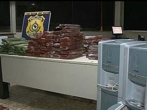 Policiais encontram cem quilos de maconha em mala de mulher na BR-020 - Durante uma fiscalização de rotina na BR-020, os policiais rodoviários encontraram mais de cem quilos de maconha na mala de uma passageira. Os agentes ficaram surpresos.