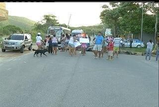 Moradores pedem linha de ônibus em bairro de Cabo Frio, RJ - Moradores do Guriri fizeram um protesto nesta segunda-feira (28).Segundo os moradores, linha de ônibus que passava pelo bairro foi retirada.