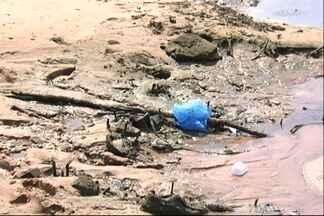 População reclama de lixo na praia em frente à orla de Santarém - Sacolas, copos descartáveis, pneus e papelão estão espalhados pelo local. Situação vem à tona com a vazante do rio Tapajós.