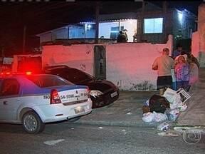 Mulher é assassinada no Pechincha, em Jacarepaguá - De acordo com a polícia, os criminosos chegaram num carro, invadiram a casa da mulher e fizeram vários disparos. Marcela Lima Fernandes, de 28 anos morreu no local e o marido dela, foi hospitalizado. A Divisão de Homicídios investiga o caso.
