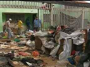 Moradora de Taguatinga que acumulava lixo pede a limpeza da própria casa - O tratamento psicológico de uma moradora de Taguatinga está dando certo. Segundo agentes da Vigilância Ambiental, que retiraram muito lixo da casa, o pedido de limpeza partiu da própria moradora que não conseguia parar de acumular entulho.