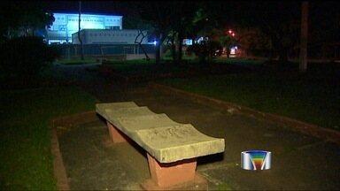 Moradores de São José reclamam da falta de iluminação pública - Moradores da zona sul e leste de São José dos Campos reclamam da falta de iluminação pública nas praças e quadras de esporte e lazer.