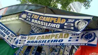 Torcida do Cruzeiro já compra faixas do título do Campeonato Brasileiro - Torcedor não escondem a euforia pela campanha espetacular do time celeste