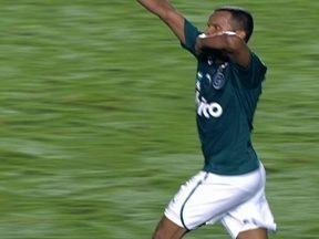 Gol do Goiás! Vitor recebe na área, chuta de primeira e empata aos 38 do 1º tempo - Gol do Goiás! Vitor recebe na área, chuta de primeira e empata aos 38 do 1º tempo