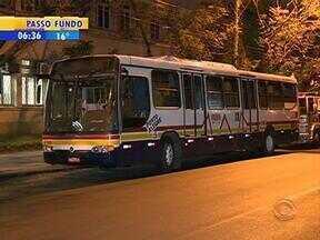 Três pessoas são presas após assalto a um ônibus no Centro de Porto Alegre - Brigada Militar foi chamado por um pedestre que viu a ação.