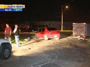 Homem rouba carro de casal e na hora de fugir acaba dando um tiro nele mesmo - Assalto aconteceu por volta das 21 horas dessa quarta-feira.