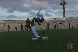 Taça da série D fica exposta no campo durante treino do Botafogo-PB e CBF não aprova - Veja também notícias sobre os Centros de Treinamento da copa e Campeonato Paraibano de 2014.