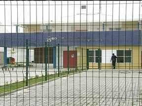 Pelo menos duas escolas estão fechadas na Favela da Maré - Segundo a Secretaria de Educação, 1,8 mil alunos não estudaram nesta quinta (31). Duas escolas municipais dentro do complexo seguem sem aulas. O clima na região.ainda é de apreensão e medo depois de um tiroteio.