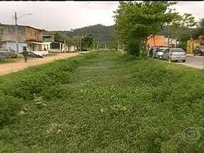 Moradores de Pedra de Guaratiba pedem obras de canalização de rio - Os moradores da Avenida Carlos da Silva Rocha dizem que o rio que passa pelo local está assoreado e pedem a sua canalização. Eles reclamam de alagamentos na região quando chove.