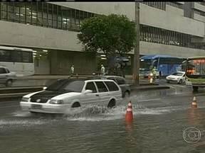 Vazamento de água complica trânsito no Centro do Rio - Uma tubulação se rompeu na Avenida Presidente Vargas, na altura da Cidade Nova, sentido Candelária. Equipes da Cedae trabalham para solucionar o problema. Os motoristas enfrentaram um longo congestionamento no local.