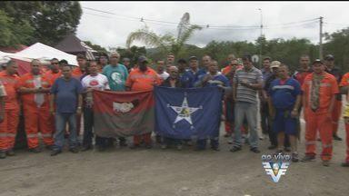 Trabalhadores portuários fazem protesto na porta da Embraport - Eles são contra a proposta da empresa, que divide a contratação de portuários para operar nos navios atracados