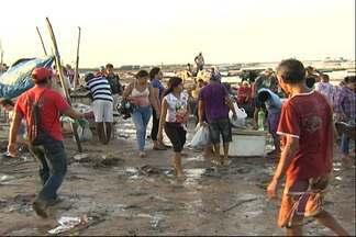 """Consumidores reclamam de feira improvisada - O espaço para a venda de peixe conhecido como """"Porto dos Milagres"""" não tem estrutura e os vendedores já sentem prejuízos."""