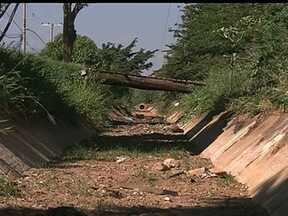Moradores reclamam de falta de proteção em vala de Samambaia - Na semana passada, uma pessoa morreu após ser arrastada pela enxurrada e cair na vala. O problema de alagamentos na região é antigo, já que faltam bueiros para o escoamento da água.