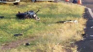 Dois morrem em acidente entre Rincão, SP, e Taquaral, SP - Batida entre carro e moto aconteceu na Rodovia Engenheiro Thales de Lorena Peixoto Junior.