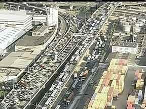 Interdição do Elevado da Perimetral causa lentidão no trânsito do RJ - Partes do viaduto já começaram a ser demolidas para as obras de revitalização da Zona Portuária. Implosão acontece no dia 17 de novembro.