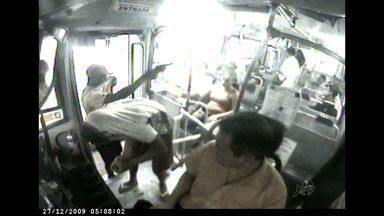 Passageiros reclamam de assaltos cada vez mais frequentes no transporte público - Sindicato das Empresas de ônibus contabiliza mais de 1.800 assaltos somente neste ano.